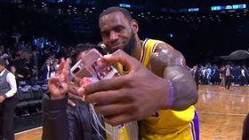 「詹皇」LeBron James與球迷自拍(圖/翻攝自YouTube)