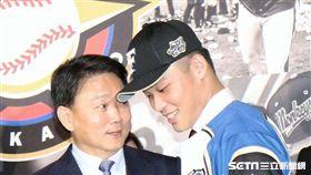 ▲Lamigo總教練洪一中(左)祝福王柏融旅日。(圖/記者林士傑攝影)