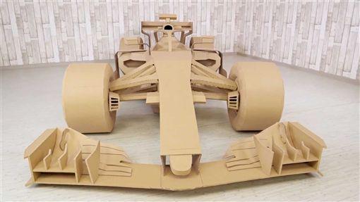 手作大師The Q製作瓦楞紙F1模型。(圖/翻攝網站)