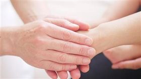 嚴父,疼愛,握手,愛護(圖/pixabay)