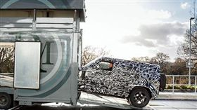 新款Defender 110偽裝車。(圖/翻攝motor1網站)