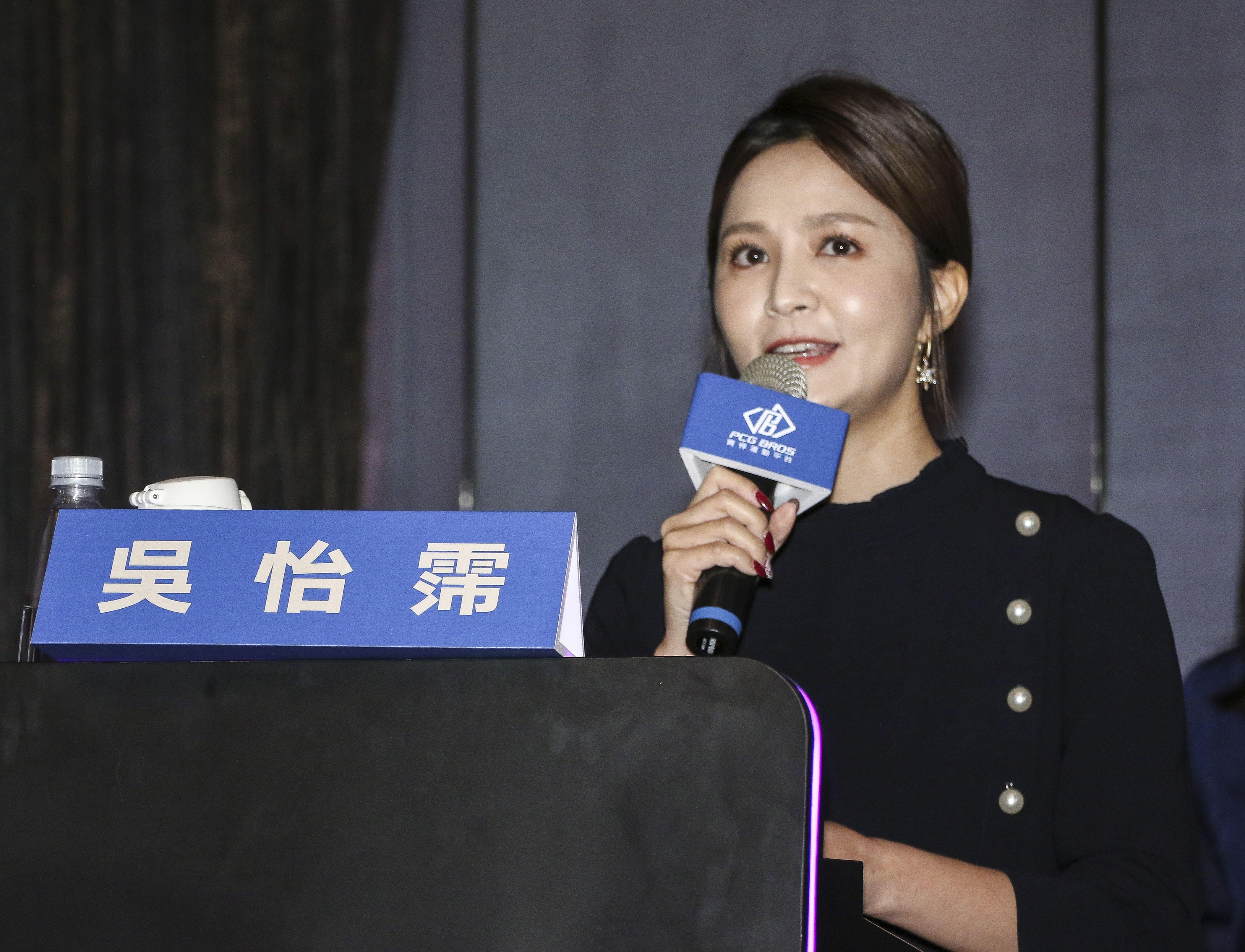 台灣強打王柏融與日本職棒火腿隊簽約,主持人吳怡霈。(記者林士傑/攝影)