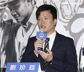 台灣強打王柏融與日本職棒火腿隊簽約,Lamigo球團領隊劉玠廷。(記者林士傑/攝影)