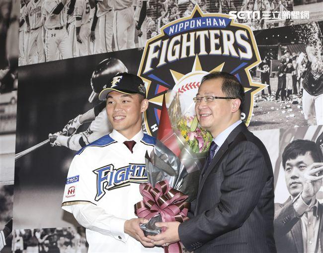 台灣強打王柏融與日本職棒火腿隊簽約,中職會長吳志揚獻花祝福。(記者林士傑/攝影)