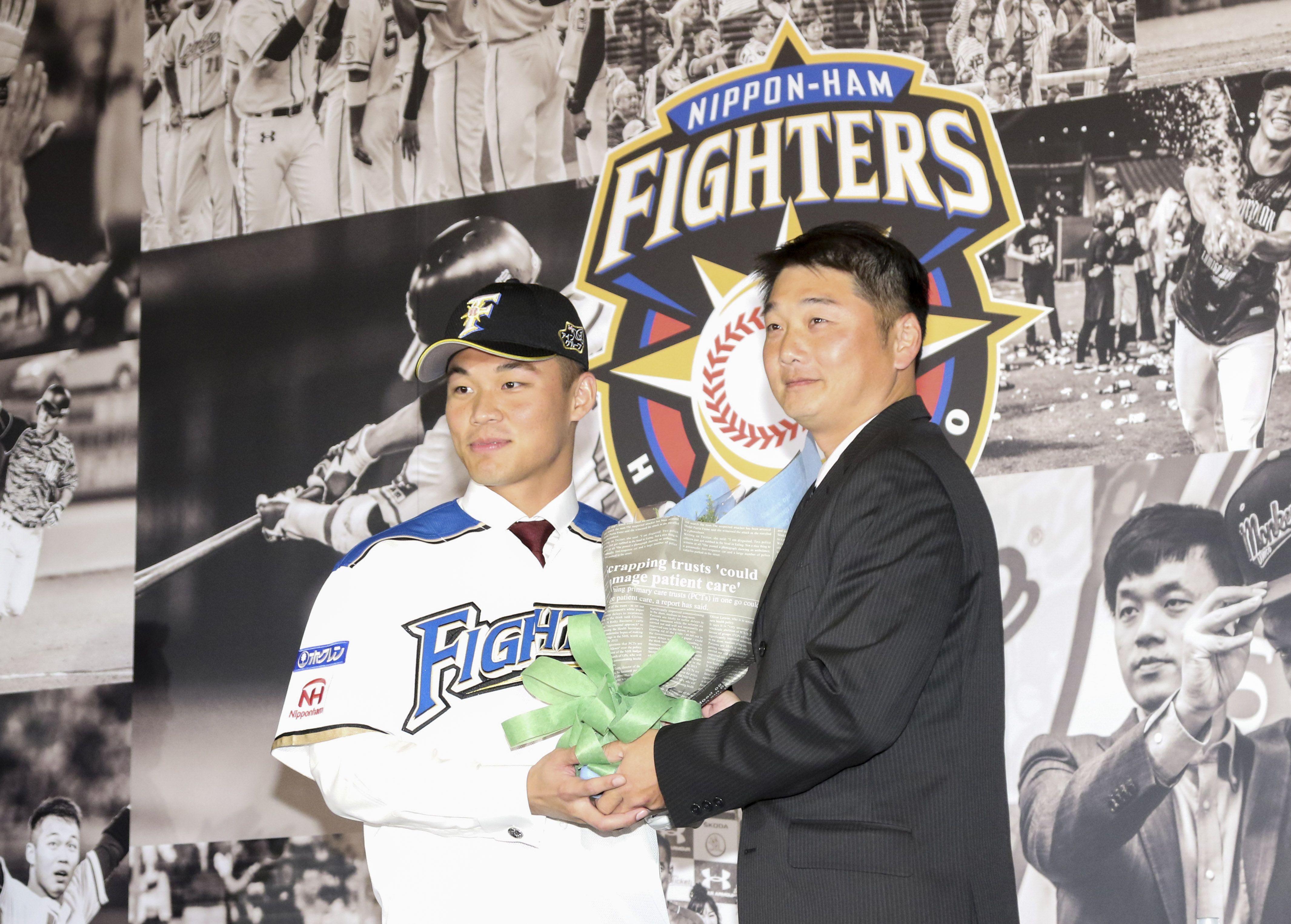 台灣強打王柏融與日本職棒火腿隊簽約,桃猿打擊教練曾豪駒獻花祝福。(記者林士傑/攝影)