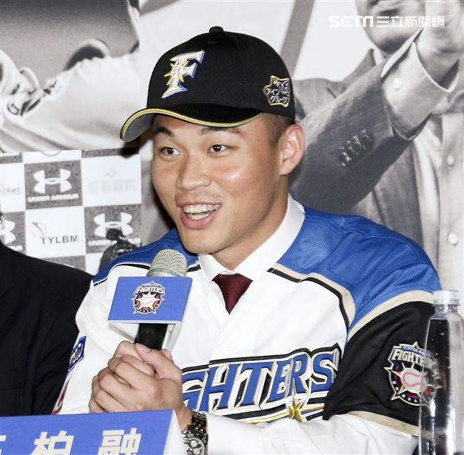 台灣強打王柏融與日本職棒火腿隊簽約。(記者林士傑/攝影)
