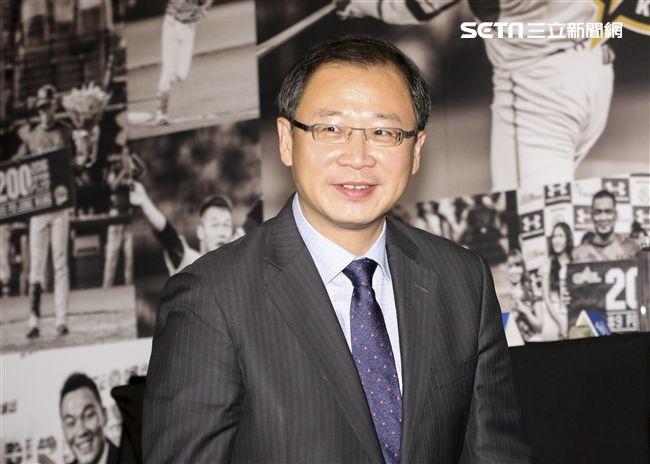 台灣強打王柏融與日本職棒火腿隊簽約,中職會長吳志揚出席。(記者林士傑/攝影)