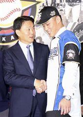 台灣強打王柏融與日本職棒火腿隊簽約,Lamigo總教練洪一中祝福王柏融旅日。(記者林士傑/攝影)