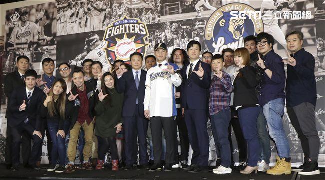 台灣強打王柏融與日本職棒火腿隊簽約,Lamigo桃猿隊全體球團合影。(記者林士傑/攝影)
