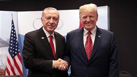 G20峰會 艾爾段和川普場邊會晤20國集團(G20)高峰會在阿根廷首都布宜諾斯艾利斯舉行。土耳其總統艾爾段(左)1日與美國總統川普(右)進行場邊會晤。(土耳其總統府提供)中央社安卡拉傳真   107年12月2日