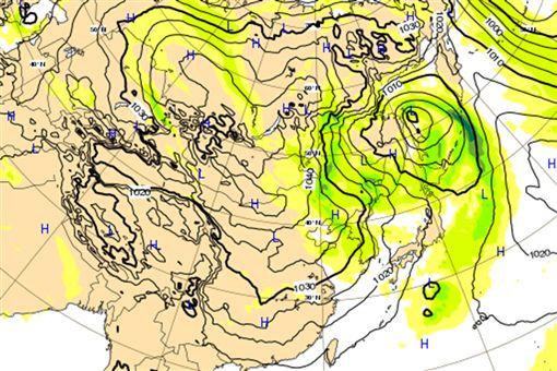圖:最新(19日20時)歐洲中期預報中心(ECMWF)模式模擬26日20時地面圖顯示,大陸高壓強度很強,但主要在中緯度偏東移動,台灣在其邊緣,迎風面潮濕多雨。