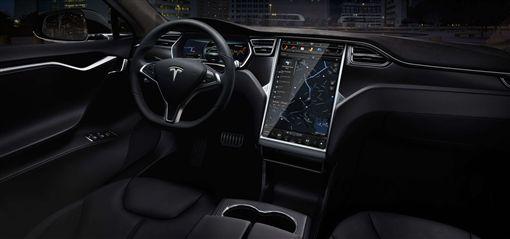 Tesla方向盤可預熱加溫。(圖/翻攝網站)