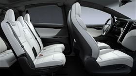 Tesla座椅可以利用手機起動預熱。(圖/翻攝網站)