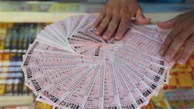 威力彩頭獎連摃45期衝12.7億 彩迷拚包牌連摃45期的威力彩29日晚間開獎,台灣彩券預估,頭彩將上看新台幣12.7億元,北市一間常開出頭彩的彩券行表示,有彩迷從上期開始就集資新台幣8萬元包牌,打算買到開出頭彩的那一期。中央社記者徐肇昌攝 107年10月29日-威力彩-台灣彩券-彩券-
