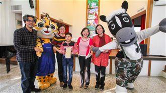 台中市長夫人 贈盲童花博立體繪本