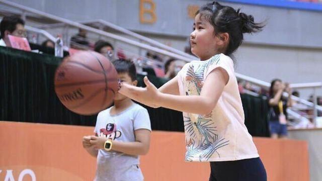姚明8歲女兒長這樣!可跟成人肩並肩