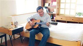 前總統馬英九23日下午將在信義誠品舉行簽書會,在臉書預告時還PO出彈吉他的照片。(圖/翻攝馬英九臉書)