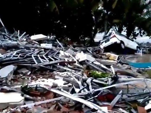印尼巽他海峽附近海灘22日晚間遭海嘯襲擊,造成嚴重傷亡。(圖/翻攝自Twitter)