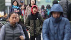 首波大陸冷氣團影響  北台灣冷颼颼(3)中央氣象局氣象預報,首波大陸冷氣團影響,17日北台灣整天冷颼颼,白天高溫僅攝氏17至19度,入夜後氣溫還會下探12、13度。民眾外出注意保暖。中央社記者吳翊寧攝  107年12月17日