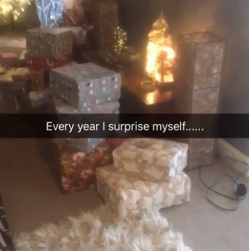 媽媽寵孩子,聖誕樹下堆滿上百件禮物。(圖/翻攝Emma Tapping IG)