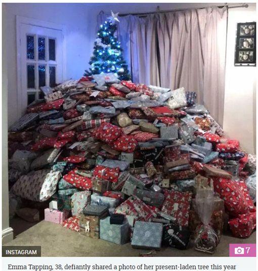 媽媽寵孩子,聖誕樹下堆滿上百件禮物。(圖/翻攝The Sun)