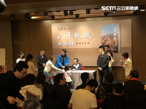 馬英九簽書會遇嗆,記者謝孟哲攝影