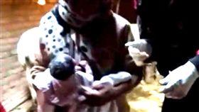 印度,胎兒,嬰兒,臍帶,輕生,自殺,上吊,孕婦,屍體 圖/翻攝自推特 https://goo.gl/Vd2E8S