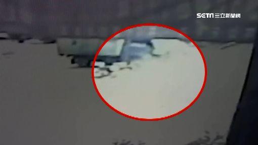 未兩段式左轉遭撞飛 七旬婦卡車底險燒死