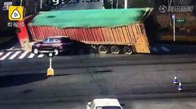 中國大陸傳出驚人車禍,山東一輛百噸重的砂石車,因為過彎時速度過快,側翻後直接壓扁旁邊的休旅車。(圖/翻攝自梨視頻)