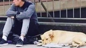 (圖/翻攝自推特)西班牙,巴塞隆納,遊民,開槍,狗