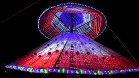 花蓮吉安耶誕樹耀眼 千支回收寶特瓶打造(1)迎接耶誕節,花蓮縣吉安鄉主要道路旁豎立起高達3公尺的環保耶誕樹,以千支回收寶特瓶打造完成,夜晚搭配燈飾效果,奪目耀眼。(吉安鄉公所提供)中央社記者李先鳳傳真 107年12月23日