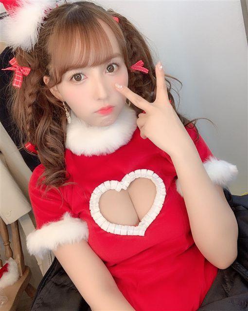 三上悠亞聖誕應景秀「愛心奶」爆開。(圖/翻攝自三上悠亞IG) ID-1702320