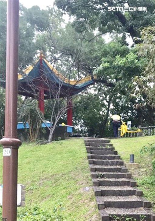 台北市南港公園涼亭驚傳上吊自殺事件(讀者提供)