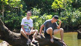 高中生團隊徒步走訪蘭嶼綠島彰化高中學生組成的6人團隊,擬定「自然人文的鄉土情旅—蘭嶼與綠島」企劃,從台灣出發到離島,徒步8天走訪蘭嶼與綠島,用雙腳探索土地。圖為學生爬上蘭嶼山中的大天池。(青年署提供)中央社記者許秩維傳真 107年12月23日