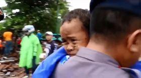 印尼海嘯男童阿里受困12小時獲救(圖/翻攝自reezaherasbudi IG)