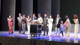 舞台劇小兒子台中演出 文創結合產業夢田文創與故事工廠推出舞台劇「小兒子」,23日在台中國家歌劇院演出,謝幕時,所有演員出場與觀眾一起拋出彩帶,並推出大蛋糕一起歡慶故事工廠成立5週年。中央社記者郝雪卿攝 107年12月23日