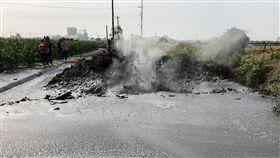 屏東萬丹泥火山  在產業道路上噴發(1)屏東萬丹泥火山24日上午8時許噴發,噴發地點在萬丹鄉灣內村一條產業道路上,造成道路毀損。中央社記者郭芷瑄攝  107年12月24日
