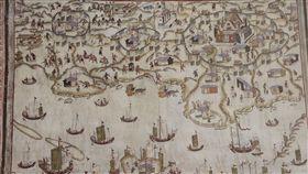 見證400年演變  台南出版古地圖集(1)台南市文化局24日發表新書「台南四百年古地圖集」,可從許多書中收錄的地圖中了解當時的庶民生活。中央社記者楊思瑞攝  107年12月24日
