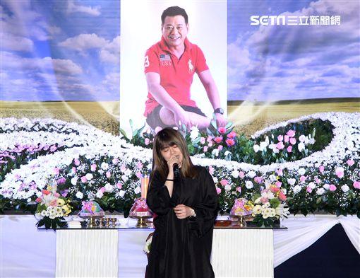 安迪女兒林吟蔚在安迪告別式獻唱。(記者邱榮吉/攝影)