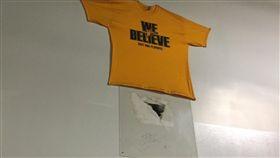 Nowitzki當年砸出的破洞被保存下來(圖/取自Eddie Sefko推特)