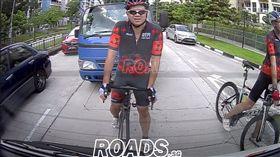 影/小貨車撞飛腳踏車 行車紀錄器曝光網友全讚:撞的好! 圖/翻攝自ROADS.sg 臉書 https://www.facebook.com/Roads.sg/videos/236898637221786/