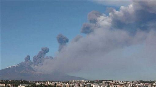 義大利西西里島(Sicilia)埃特納火山(Etna)爆發(圖/翻攝自推特)