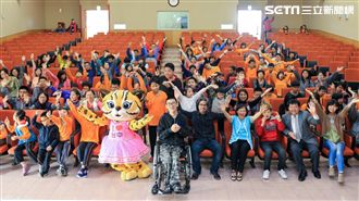 台中市長夫人訪盲童 贈花博立體繪本