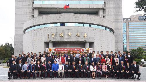 台北市議會議員就職合影(1)台北市議會第13屆議員25日宣誓就職,並與台北市長柯文哲(前左10)一同在議會外合影。中央社記者王飛華攝 107年12月25日