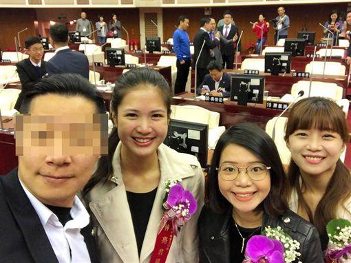 林昶佐與3位時代力量新科台北市議員合照。(圖/翻攝自林昶佐臉書)