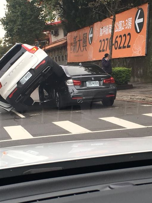 土城9555王之爭!VOLVO硬騎BMW(圖/翻攝自爆廢公社)