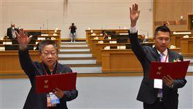 雲林縣議長副議長宣誓就職雲林縣議會第19屆議員25日宣誓就職,議長、副議長由國民黨籍沈宗隆(左)、民進黨籍蘇俊豪(右)當選連任。圖為宣誓就職。中央社記者葉子綱攝  107年12月25日