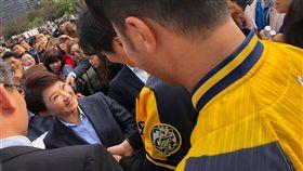 ▲台中市長盧秀燕贈送谷關空氣給中信兄弟球員。(圖/翻攝自兄弟Fans Club臉書)