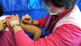 公費HPV疫苗基隆搶頭香 耶誕節開打國健署宣布,可預防子宮頸癌的公費HPV疫苗,25日在基隆成功國中正式施打。(國健署提供)中央社記者張茗喧傳真 107年12月25日