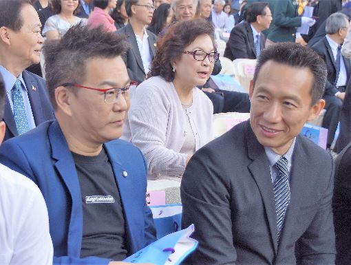 韓國瑜就職典禮 藝人出席(1)高雄市長韓國瑜25日在高雄愛河畔正式宣誓就職,藝人郭子乾(前右起)、沈玉琳等出席觀禮。中央社記者程啟峰高雄攝 107年12月25日
